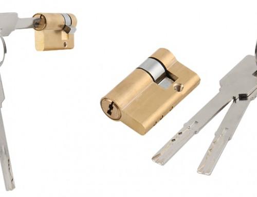 چگونه باید زبانه کوچک قفل دری که گیر کرده را تعمیر کنیم؟